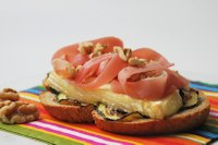 Toast with zucchini, prosciutto and brie