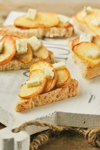 Crostini With Caramelized Apple And Gorgonzola