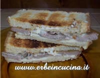 Turkey Sandwich with Thyme and Gorgonzola